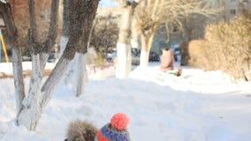 Menina que joga com neve no inverno filme
