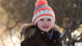 Menina que joga com neve no inverno video estoque