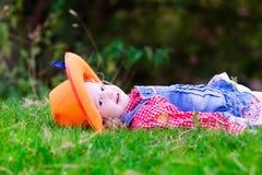 Menina que joga com o cavalo do brinquedo no traje do vaqueiro Fotos de Stock