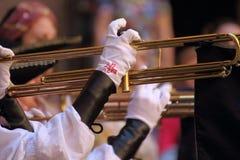 Menina que joga com o chiarina, um instrumento histórico Imagens de Stock Royalty Free