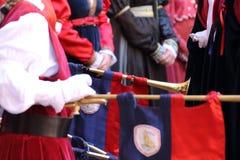 Menina que joga com o chiarina, um instrumento histórico Imagens de Stock