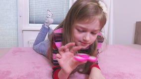 Menina que joga com o girador colorido da inquietação vídeos de arquivo