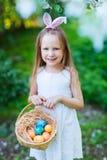 Menina que joga com ovos da páscoa imagens de stock royalty free