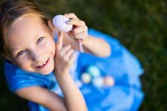Menina que joga com ovos da páscoa fotos de stock royalty free