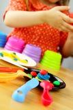 Menina que joga com plasticine Fotos de Stock