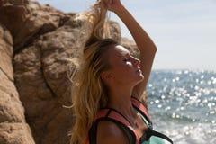 Menina que joga com seu cabelo Foto de Stock