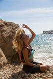 Menina que joga com seu cabelo Fotos de Stock Royalty Free