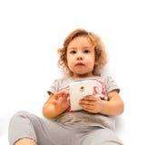 Menina que joga com smartphone fotos de stock