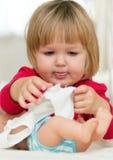 Menina que joga com sua boneca Fotos de Stock