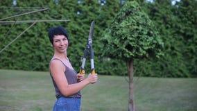 A menina que joga com tesouras de jardim, gerencie ao redor vídeos de arquivo
