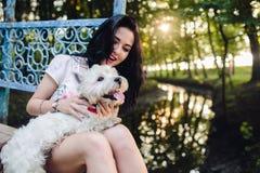 Menina que joga com um cão Imagem de Stock