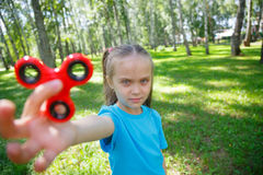 Menina que joga com um girador da inquietação Imagens de Stock