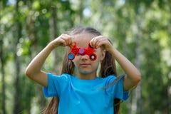 Menina que joga com um girador da inquietação Fotos de Stock