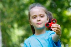 Menina que joga com um girador da inquietação Fotos de Stock Royalty Free