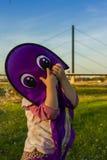 Menina que joga com um papagaio no outono Fotos de Stock