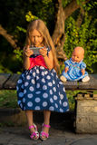 Menina que joga com um smartphone fora imagem de stock royalty free