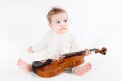 Menina que joga com um violino Imagens de Stock Royalty Free