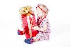 Menina que joga com uma caixa do presente Fotos de Stock Royalty Free