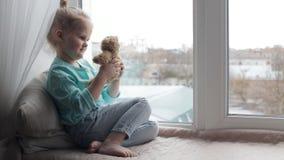Menina que joga com urso de peluche vídeos de arquivo