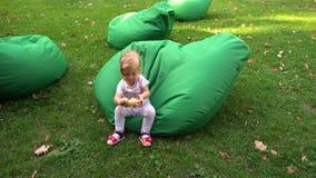 Menina que joga em beanbags na natureza video estoque
