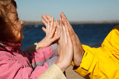 Menina que joga em suas mãos com seus pais Imagem de Stock