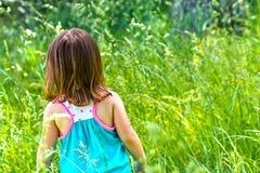 Menina que joga em um campo Fotos de Stock
