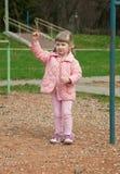 Menina que joga em um parque Imagem de Stock