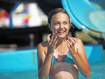 Menina que joga em um parque da água Imagens de Stock