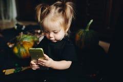Menina que joga em uma bruxa fotos de stock