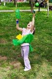 Menina que joga em uma esfera Fotografia de Stock