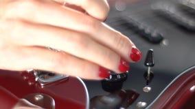 Menina que joga em uma guitarra elétrica vermelha filme