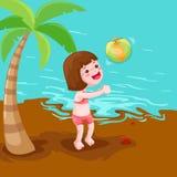 Menina que joga a esfera na praia Fotografia de Stock