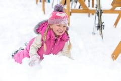 Menina que joga felizmente na neve Imagem de Stock