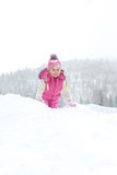 Menina que joga felizmente na neve Imagens de Stock Royalty Free