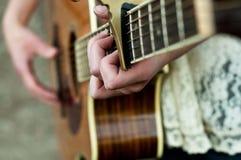 Menina que joga a guitarra Imagem de Stock Royalty Free