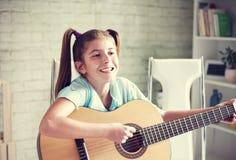 Menina que joga a guitarra Imagens de Stock