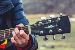 Menina que joga a guitarra fotografia de stock royalty free