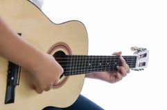Menina que joga a guitarra - mão do foco Imagens de Stock Royalty Free