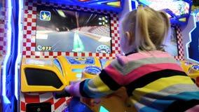 Menina que joga a máquina de jogo de arcada em um parque de diversões filme