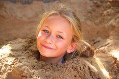 Menina que joga na areia Imagens de Stock
