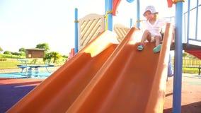 Menina que joga na corrediça no parque filme