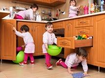 Menina que joga na cozinha Imagem de Stock Royalty Free