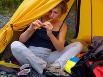 Menina que joga na flauta Fotografia de Stock