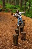 Menina que joga na floresta Fotografia de Stock