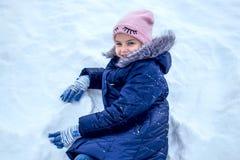 Menina que joga na neve imagem de stock royalty free