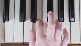 Menina que joga na opinião superior 4K do close-up do piano video estoque