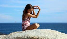 Menina que joga na parte dianteira de oceano no mar do penhasco do recurso de Los Cabos México fotos de stock royalty free