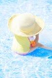 Menina que joga na piscina Fotos de Stock