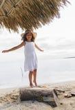 Menina que joga na praia Imagens de Stock Royalty Free