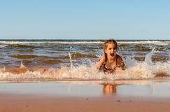 Menina que joga na praia de Brackley fotografia de stock royalty free